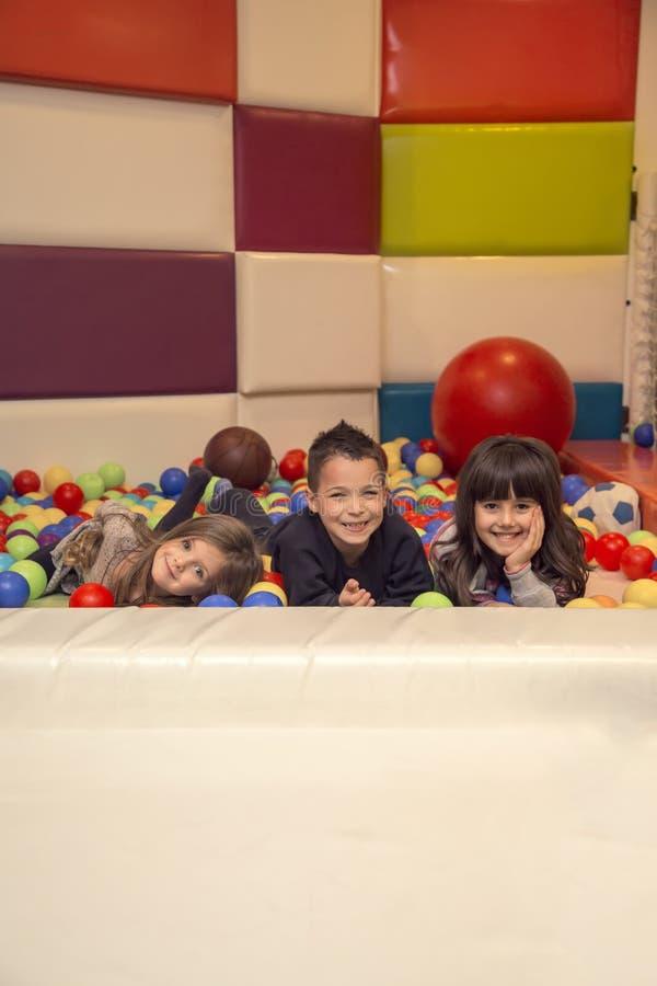 Enfants dans la salle de jeux photos stock