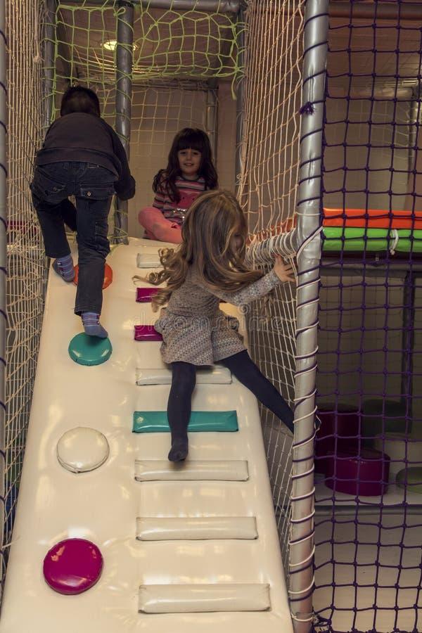 Enfants dans la salle de jeux image libre de droits