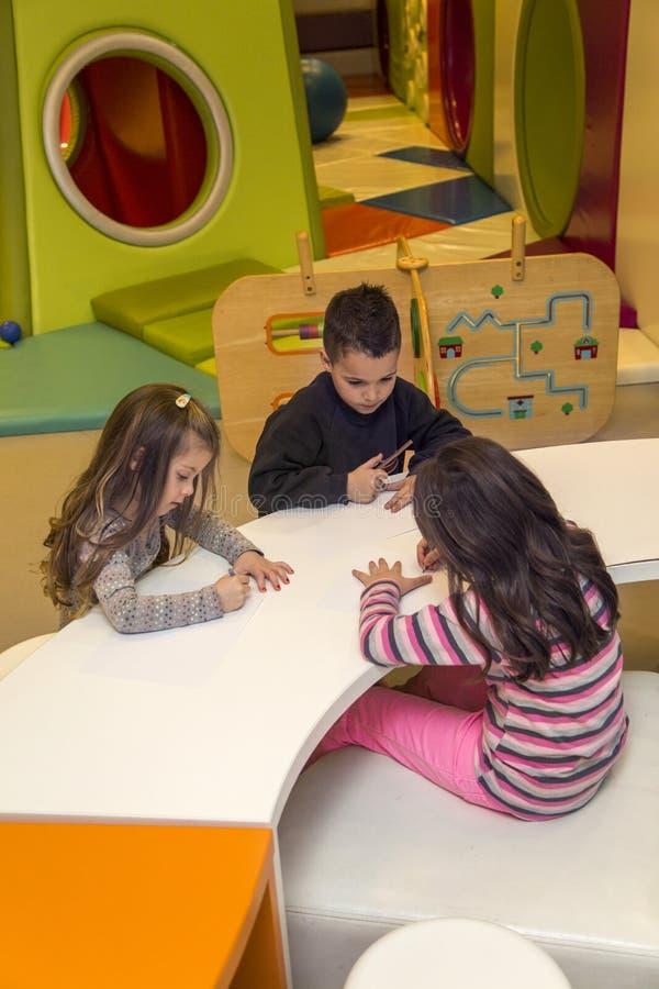 Enfants dans la salle de jeux photographie stock libre de droits