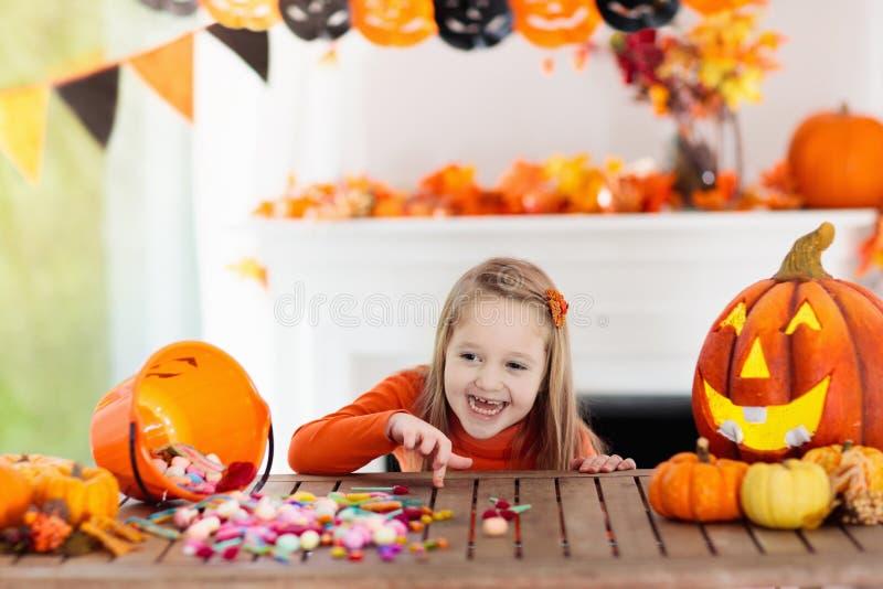Enfants dans le costume de sorcière sur le des bonbons ou un sort de Halloween photo stock