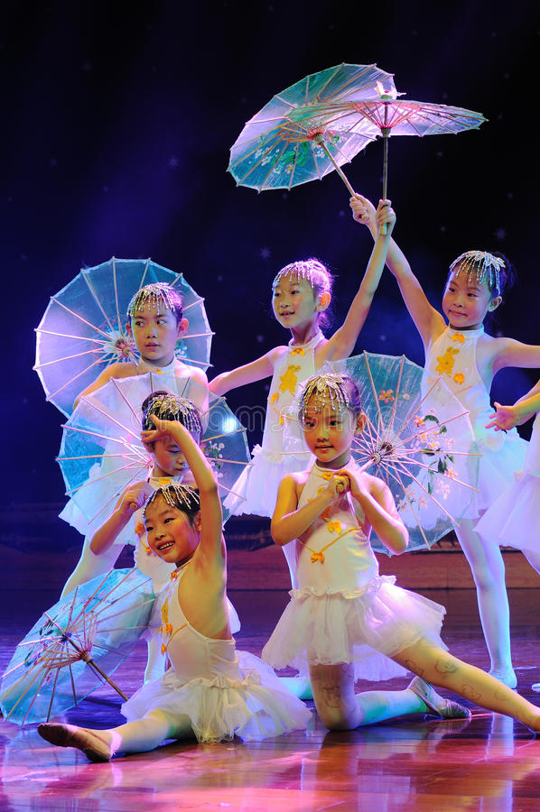 Enfants dans le drame de exécution de danse photographie stock libre de droits