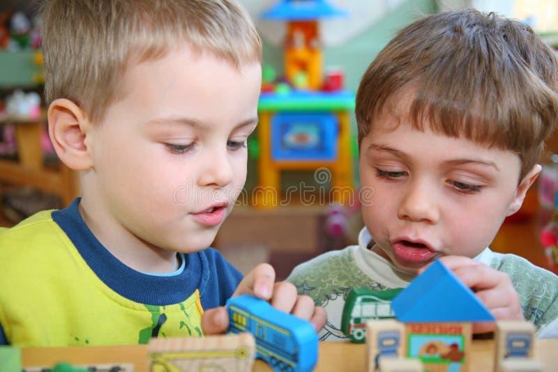 Enfants dans le jardin d'enfants photo stock