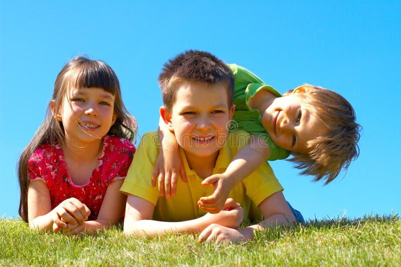 Enfants dans le pré photos stock