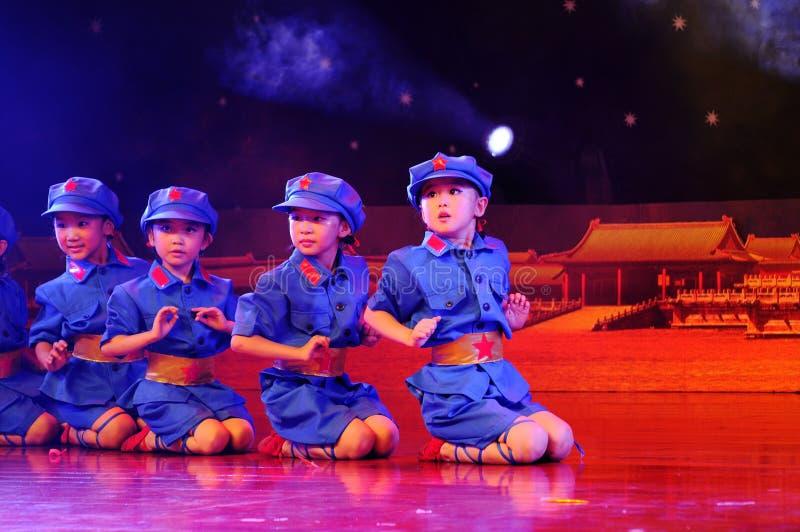 Enfants dans le rendement de danse images libres de droits