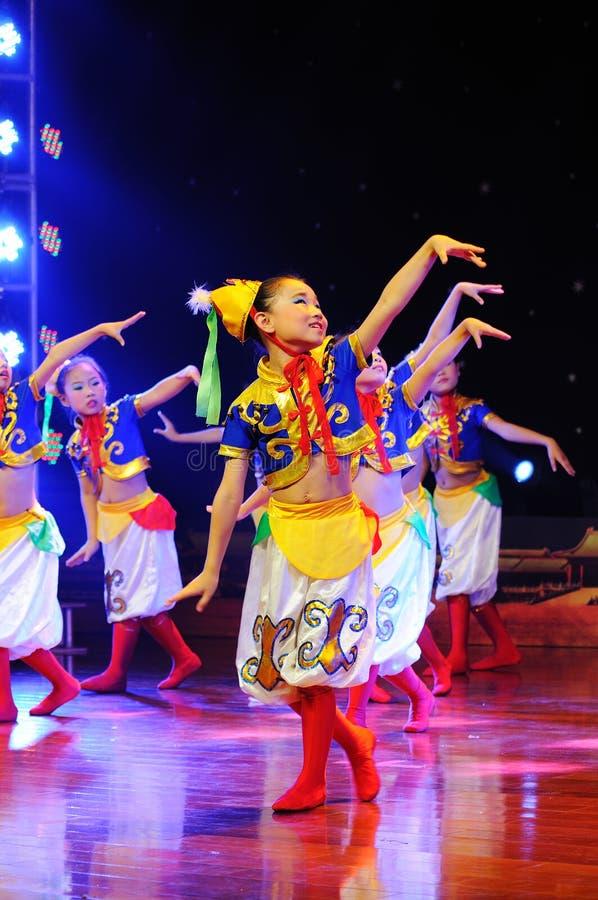 Enfants dans le rendement mongol de danse photographie stock