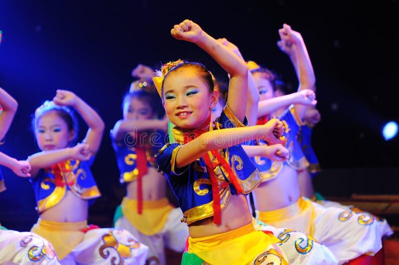 Enfants dans le rendement mongol de danse image stock