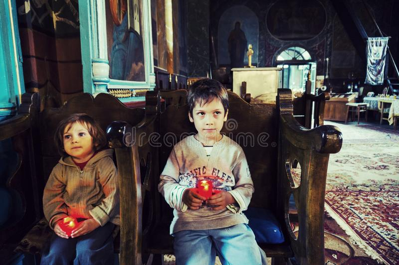 Enfants dans une église orthodoxe photographie stock libre de droits