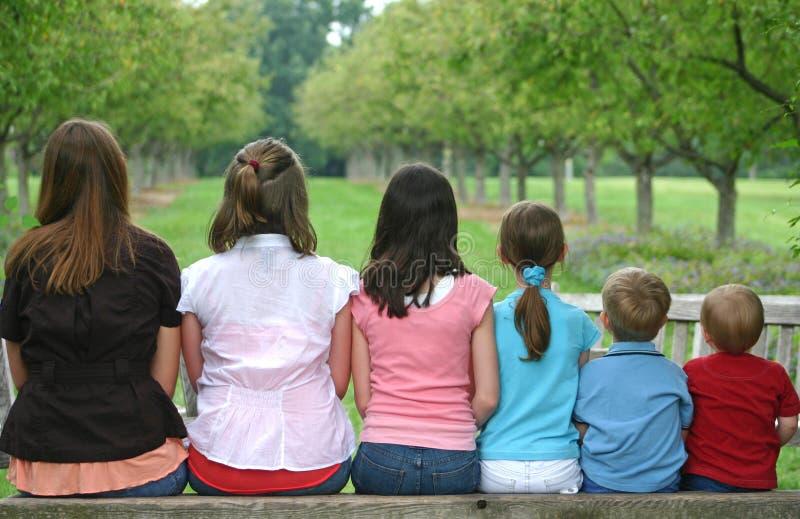 Enfants dans une ligne photographie stock libre de droits
