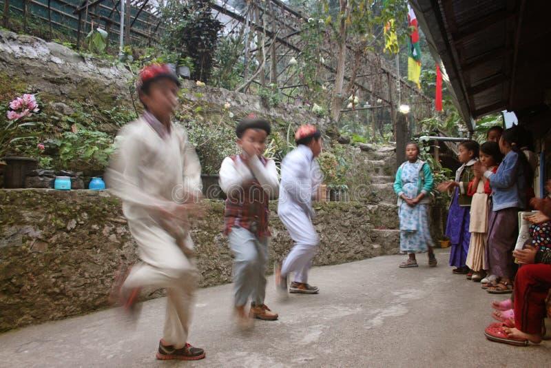 Enfants dansant dans un programme culturel photo stock