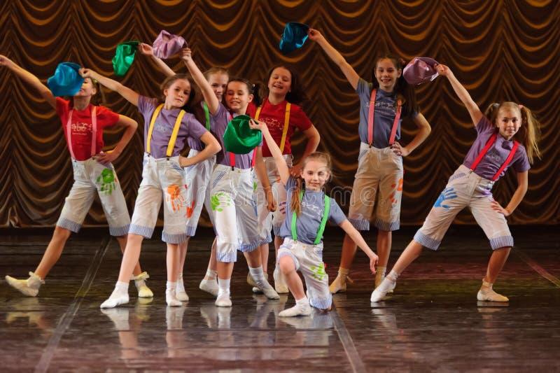 Enfants dansant sur l'étape image stock