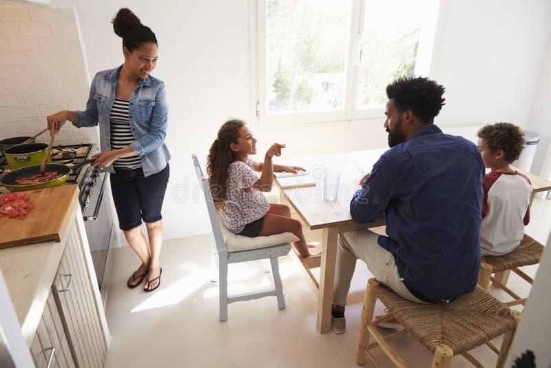 Enfants de aide de papa avec le travail et les cuisinières de maman, vue élevée images libres de droits