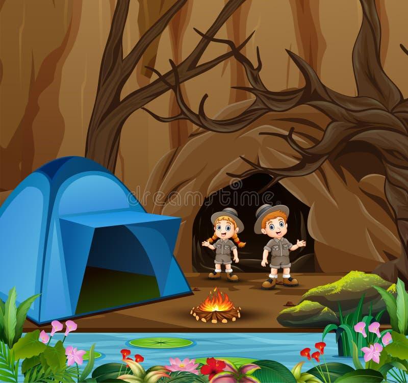 Enfants de bande dessinée dans l'équipement d'explorateur campant près de la caverne illustration libre de droits