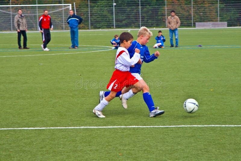 Enfants de BSC SChwalbach jouant au football image libre de droits