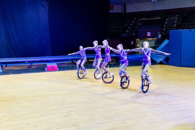 Enfants de cirque exécutant sur le monocycle photos libres de droits