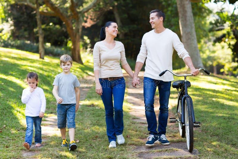 Enfants de couples marchant dehors photo stock