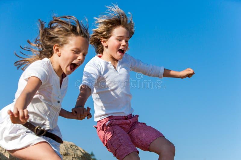 Enfants de cri ayant sauter d'amusement. image libre de droits