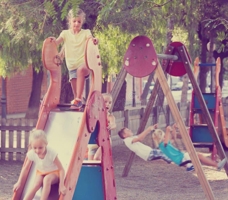 enfants de ¿ d'ï» jouant sur le terrain de jeu photographie stock libre de droits