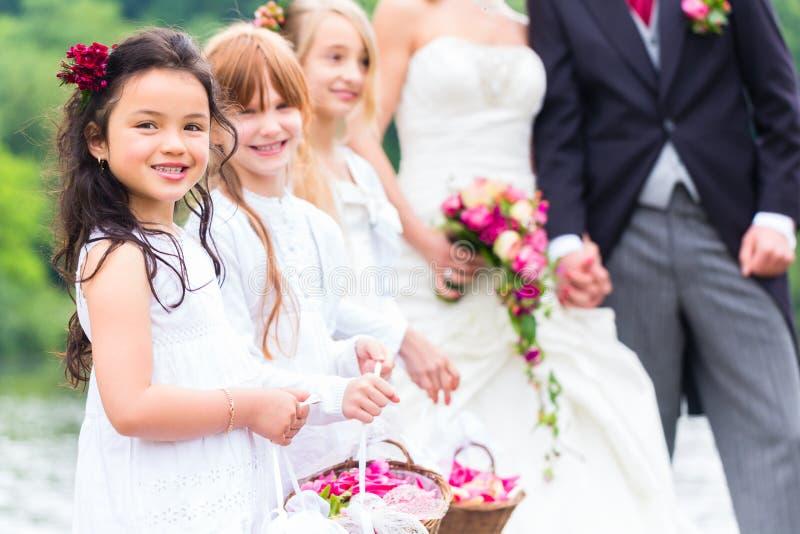 Enfants de demoiselles d'honneur de mariage avec le panier de fleur images libres de droits