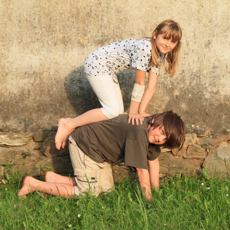 Enfants de Kneeing image stock
