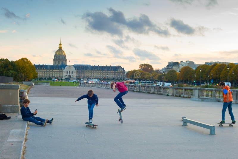 enfants de l'adolescence de patinage, Paris images libres de droits