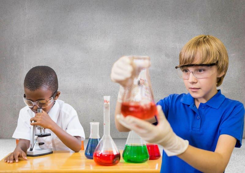 Enfants de la Science avec le fond gris vide image stock