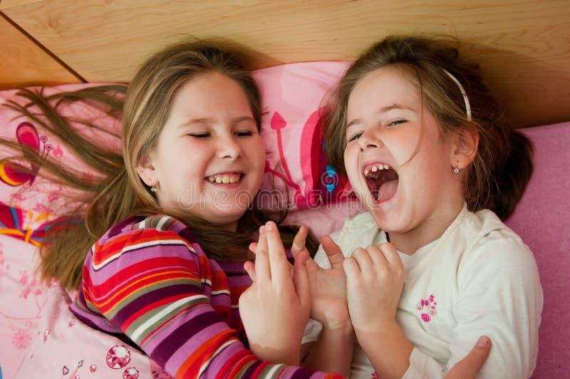 Enfants de Larking à la maison photo libre de droits