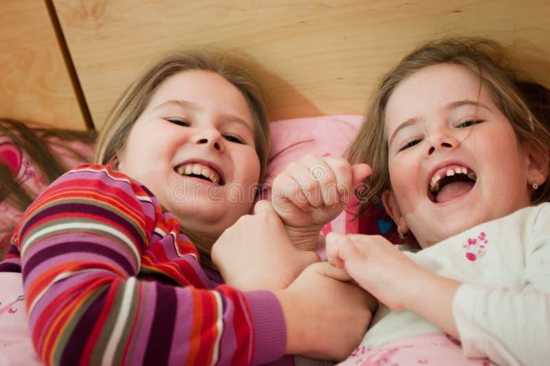 Enfants de Larking à la maison photos stock
