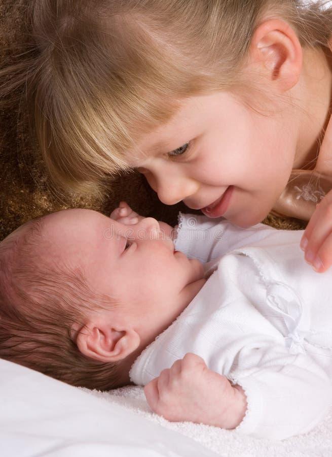 Enfants de mêmes parents affectueux photo stock