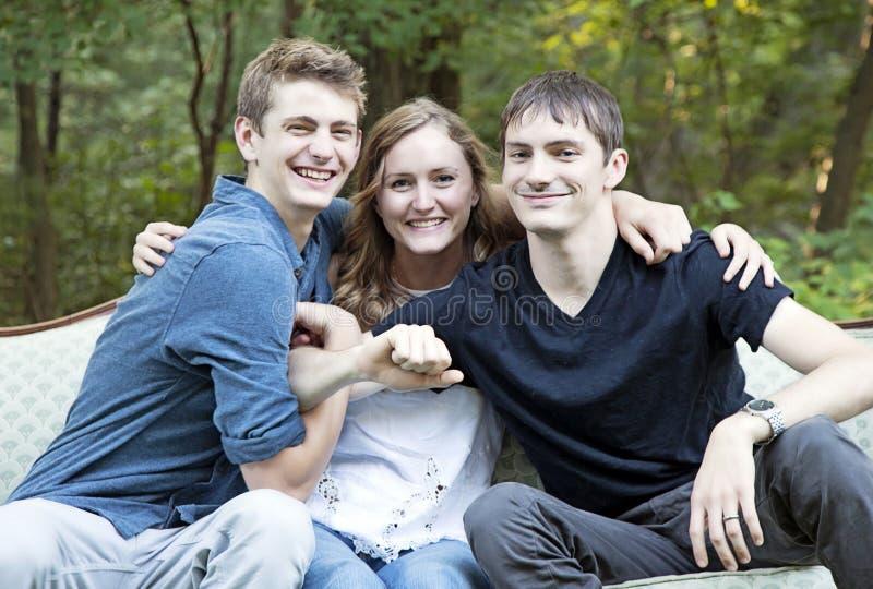 Enfants de mêmes parents ayant l'amusement photographie stock libre de droits