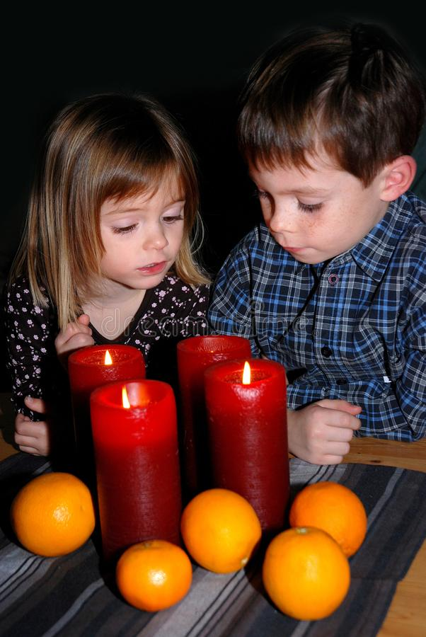 Enfants de mêmes parents dans Noël de attente d'avènement photographie stock libre de droits