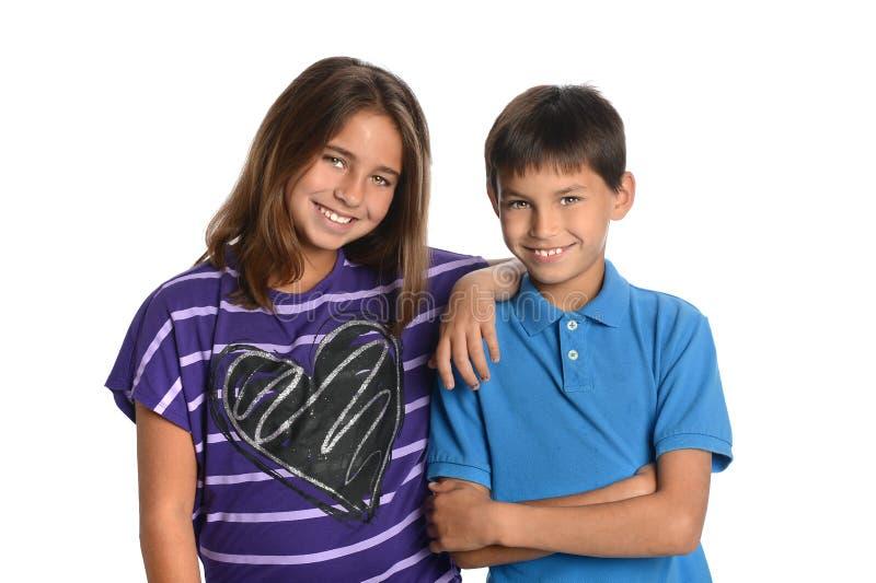 Enfants de mêmes parents de fille et de garçon images stock