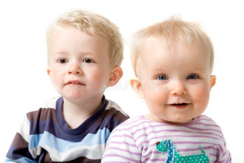 Enfants de mêmes parents de frère et de soeur images libres de droits