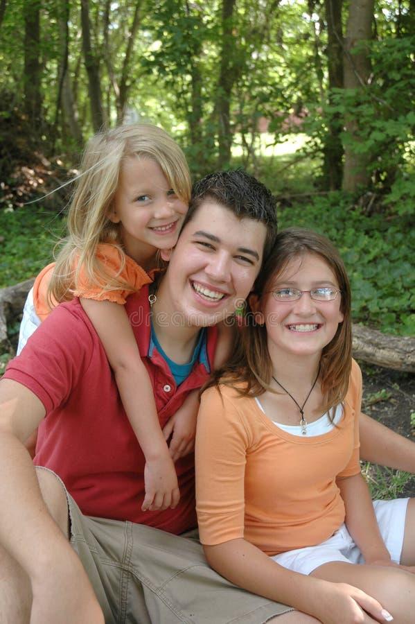 Enfants de mêmes parents heureux image libre de droits