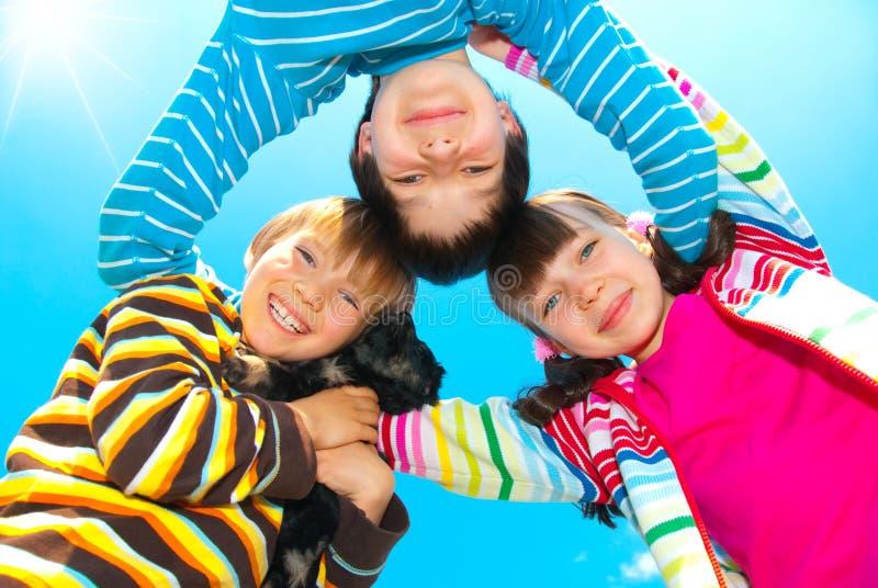 Enfants de mêmes parents heureux photographie stock libre de droits