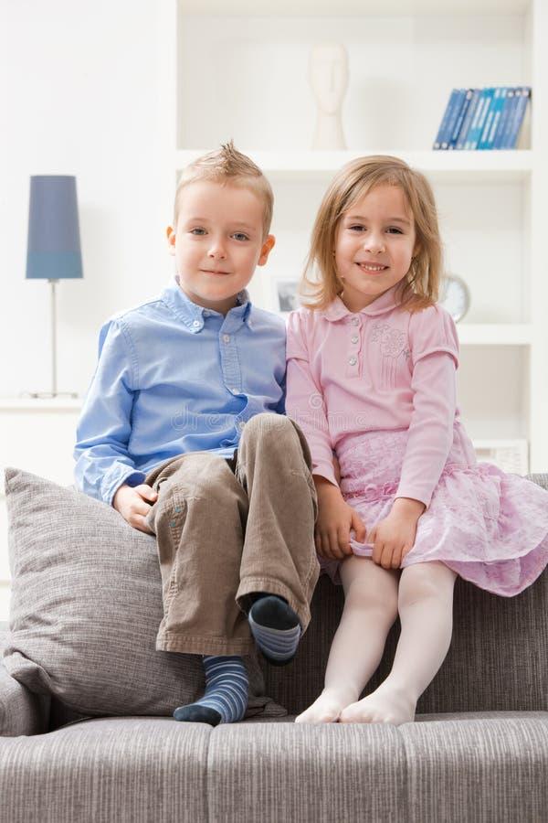 enfants de mêmes parents heureux photo libre de droits