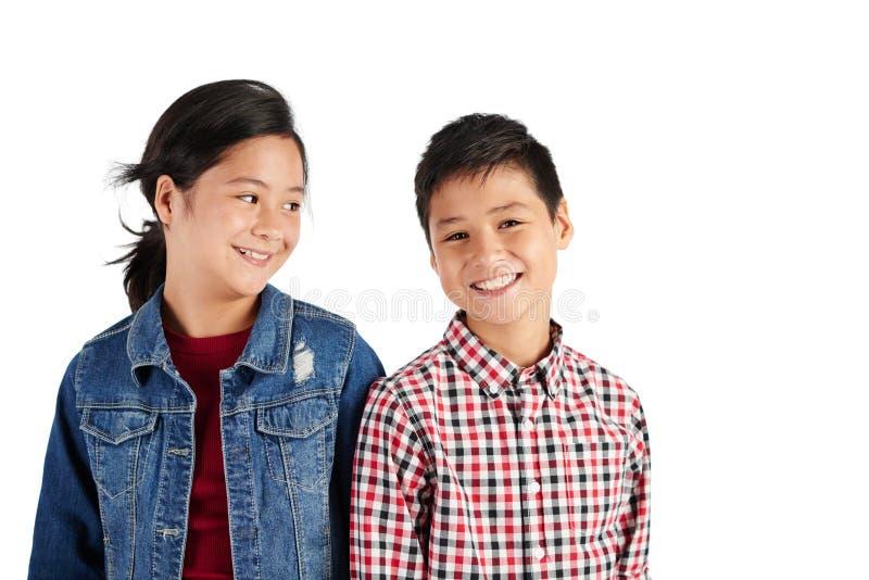 Enfants de mêmes parents heureux images libres de droits