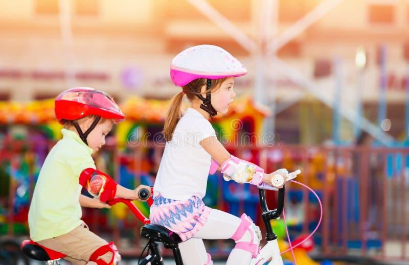 Enfants de mêmes parents heureux jouant dehors photo stock
