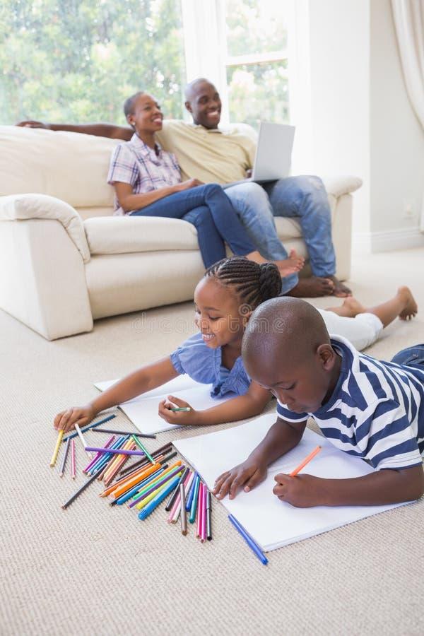Download Enfants De Mêmes Parents Heureux Sur Le Dessin De Plancher Image stock - Image du ordinateur, ménage: 56483571
