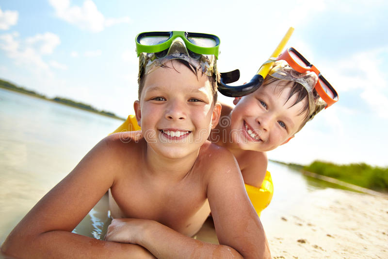 Enfants de mêmes parents sur la plage image stock