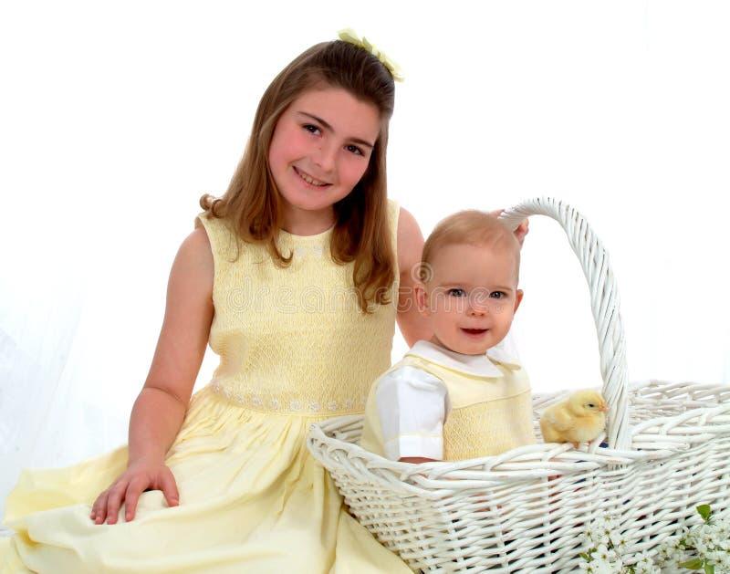 Enfants de mêmes parents - un dans le panier photos stock
