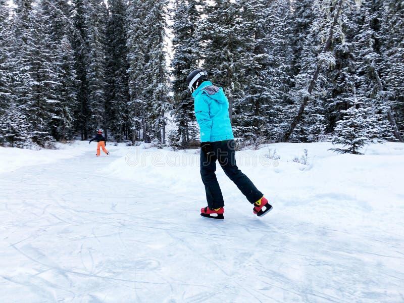 Enfants de patinage photographie stock libre de droits