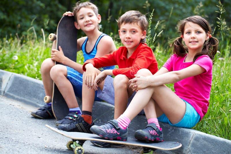 Enfants de patinage images stock