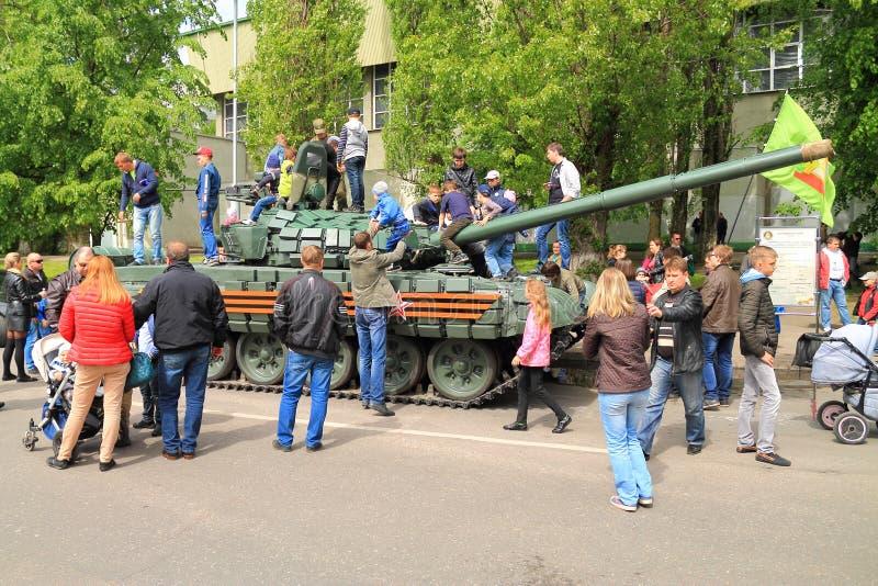 Enfants de photographie de parents sur le réservoir T-72 image libre de droits