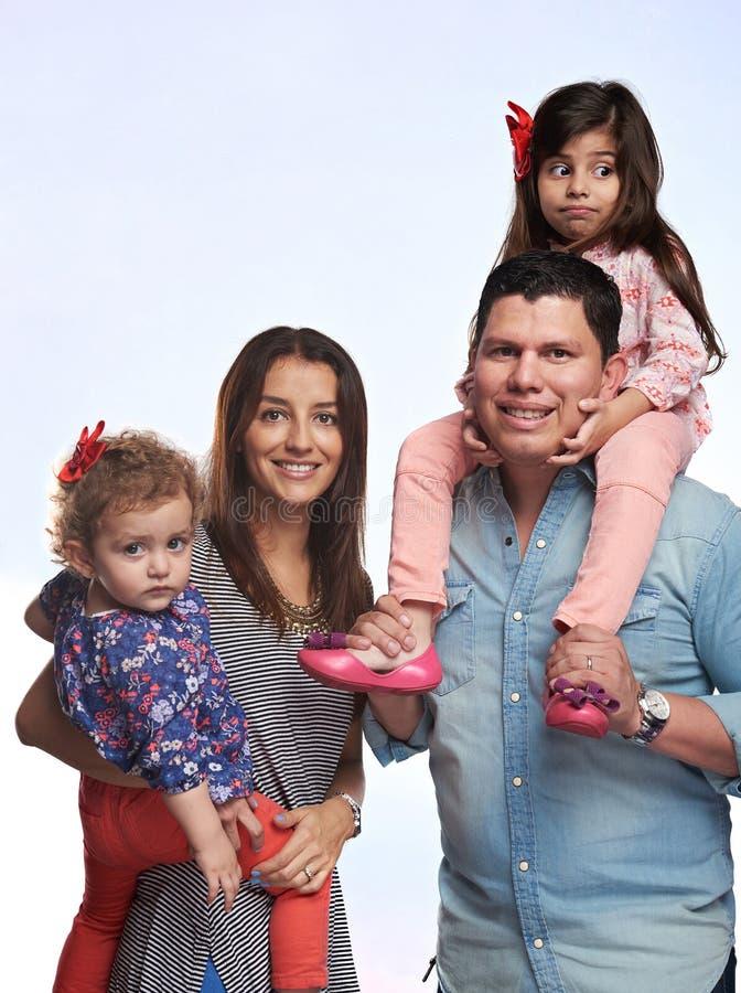 Enfants de prise de parents sur des mains photo stock
