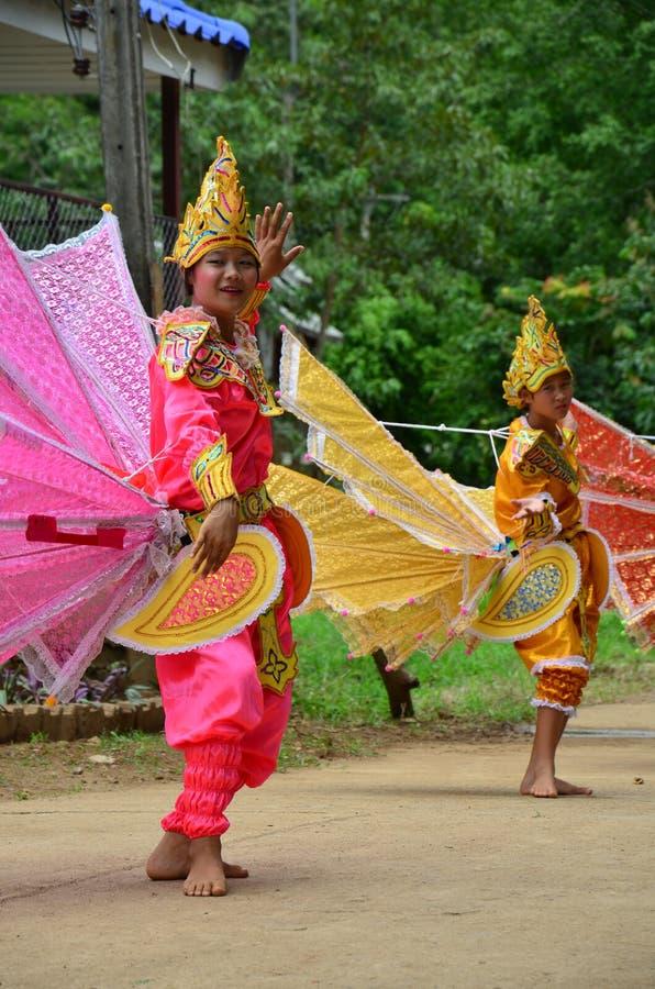 Enfants de Shan ils danse de kinnari d'exposition pour le voyageur images libres de droits