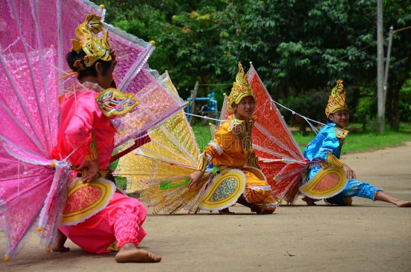 Enfants de Shan ils danse de kinnari d'exposition pour le voyageur photos libres de droits