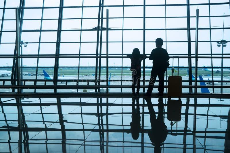 Enfants de silhouette dans l'aéroport image stock