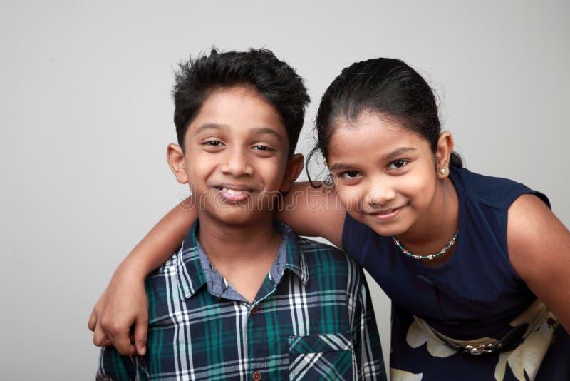 Enfants de sourire regardant en avant photographie stock