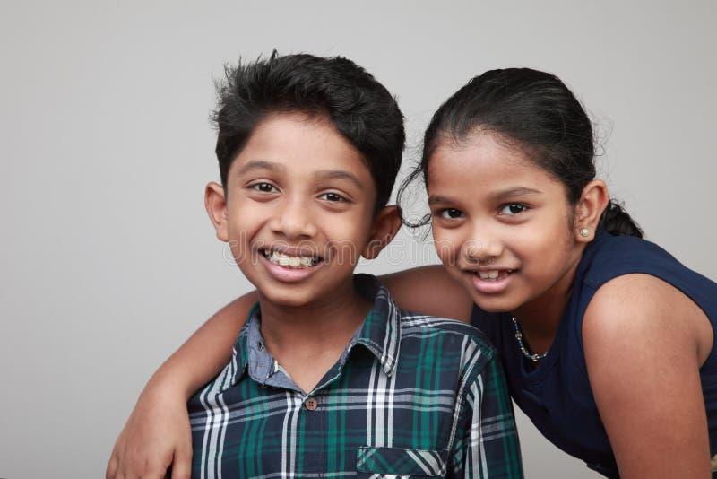 Enfants de sourire regardant en avant photographie stock libre de droits