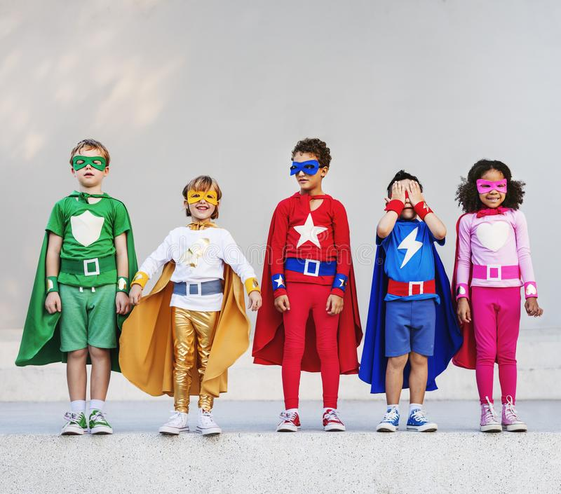 Enfants de super héros avec le concept des superpuissances photo libre de droits